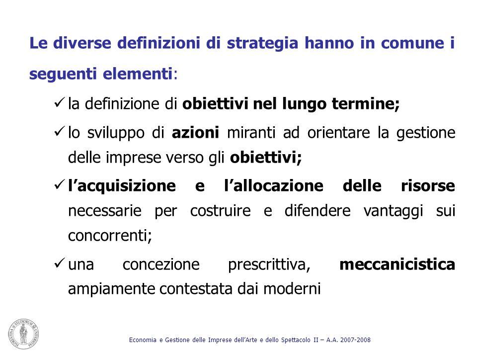 Le diverse definizioni di strategia hanno in comune i seguenti elementi: la definizione di obiettivi nel lungo termine; lo sviluppo di azioni miranti