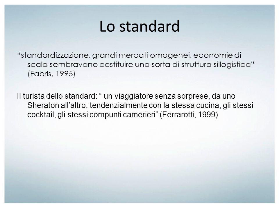 Lo standard standardizzazione, grandi mercati omogenei, economie di scala sembravano costituire una sorta di struttura sillogistica (Fabris, 1995) Il