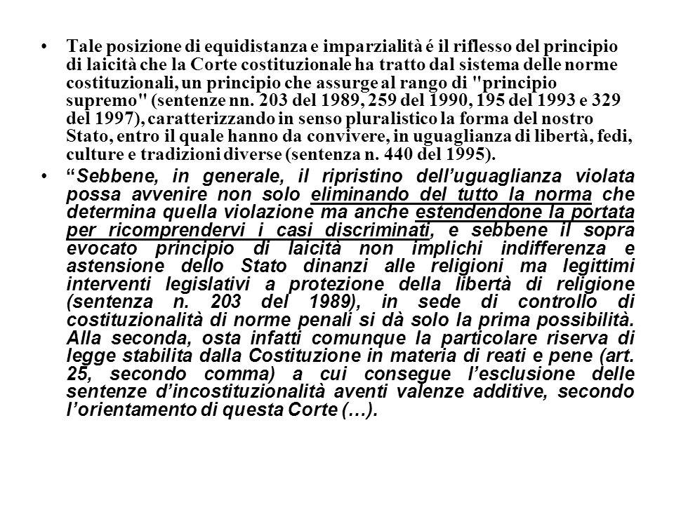 Tale posizione di equidistanza e imparzialità é il riflesso del principio di laicità che la Corte costituzionale ha tratto dal sistema delle norme cos