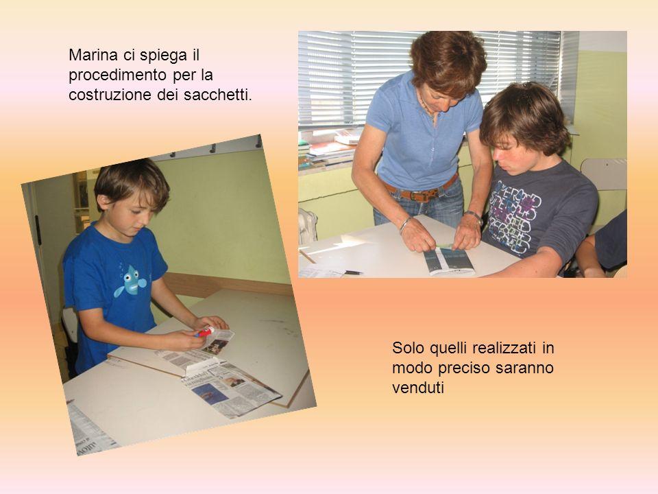 Marina ci spiega il procedimento per la costruzione dei sacchetti. Solo quelli realizzati in modo preciso saranno venduti