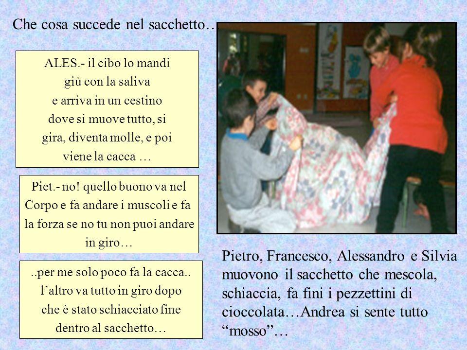 Pietro, Francesco, Alessandro e Silvia muovono il sacchetto che mescola, schiaccia, fa fini i pezzettini di cioccolata…Andrea si sente tutto mosso… AL