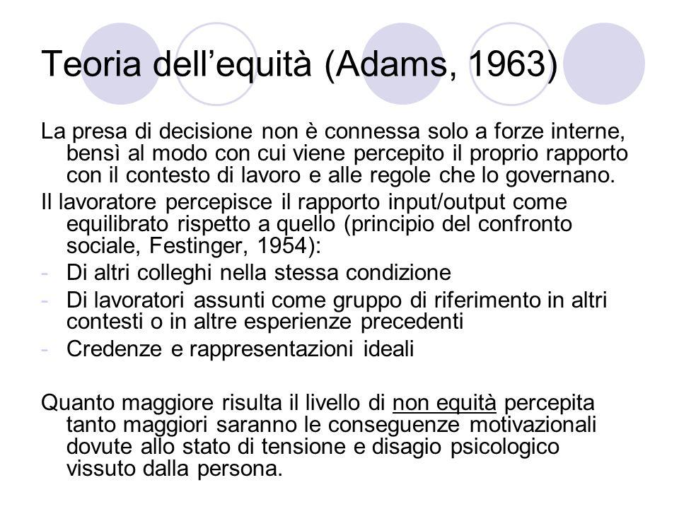 Teoria dellequità (Adams, 1963) La presa di decisione non è connessa solo a forze interne, bensì al modo con cui viene percepito il proprio rapporto c