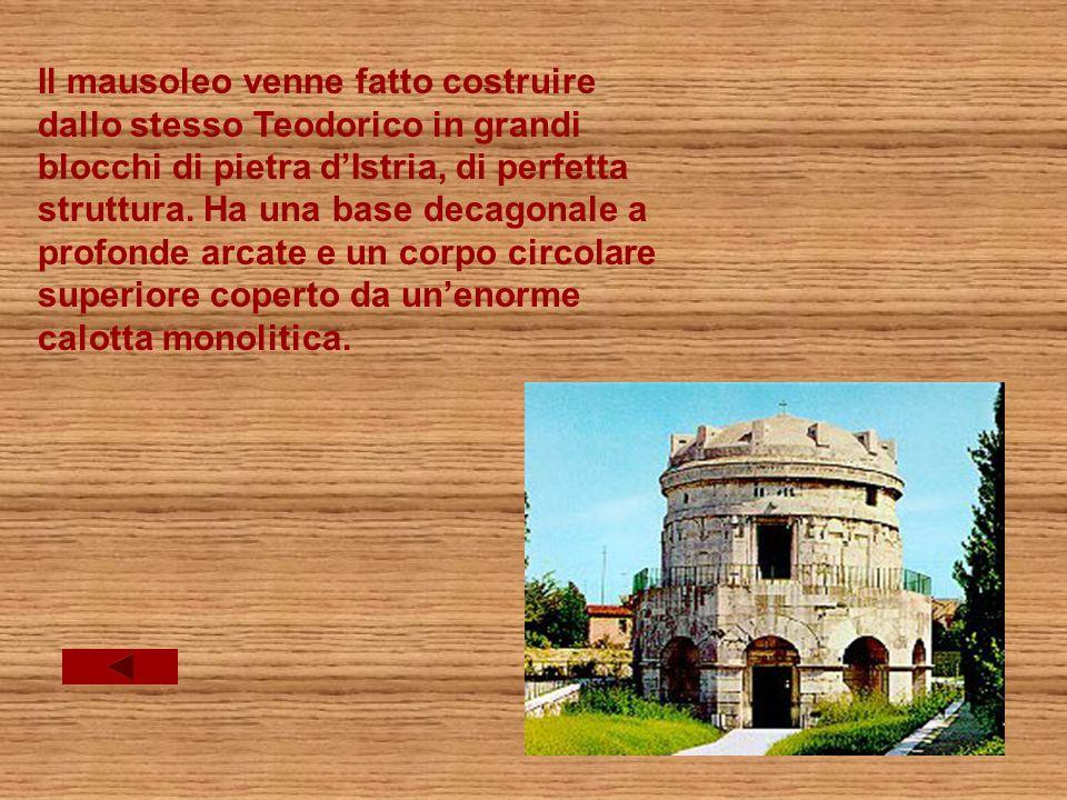 Il mausoleo venne fatto costruire dallo stesso Teodorico in grandi blocchi di pietra dIstria, di perfetta struttura.