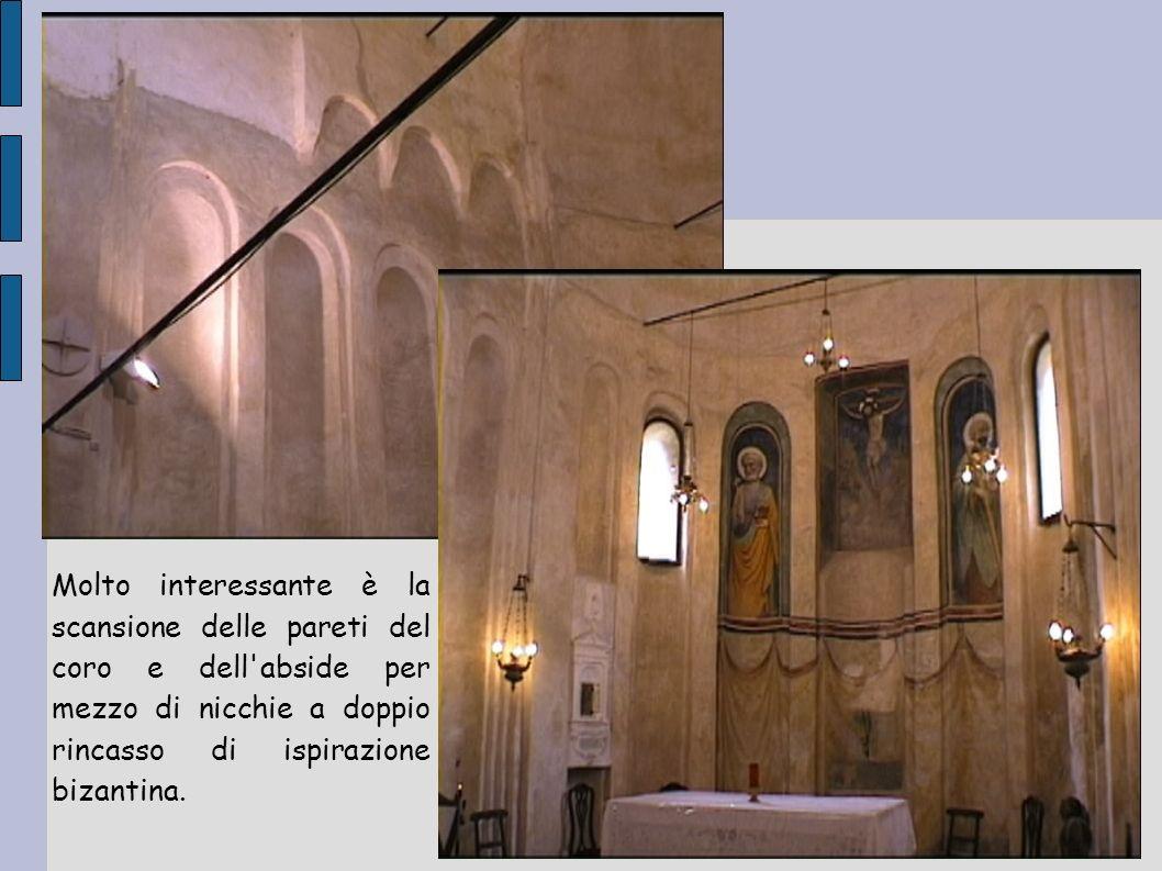 Al di sotto delle terminazioni della navata centrale e di quella settentrionale si estende la cripta.