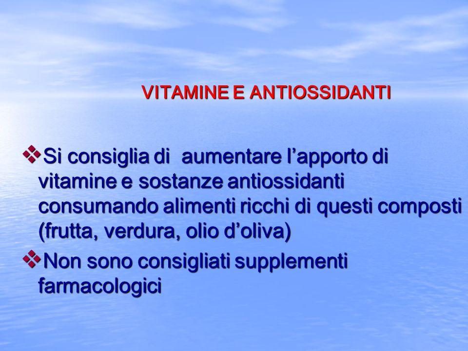 VITAMINE E ANTIOSSIDANTI v Si consiglia di aumentare lapporto di vitamine e sostanze antiossidanti consumando alimenti ricchi di questi composti (frut