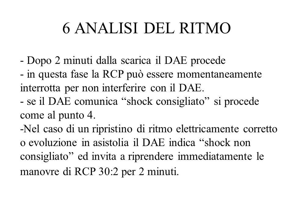 - Dopo 2 minuti dalla scarica il DAE procede - in questa fase la RCP può essere momentaneamente interrotta per non interferire con il DAE. - se il DAE