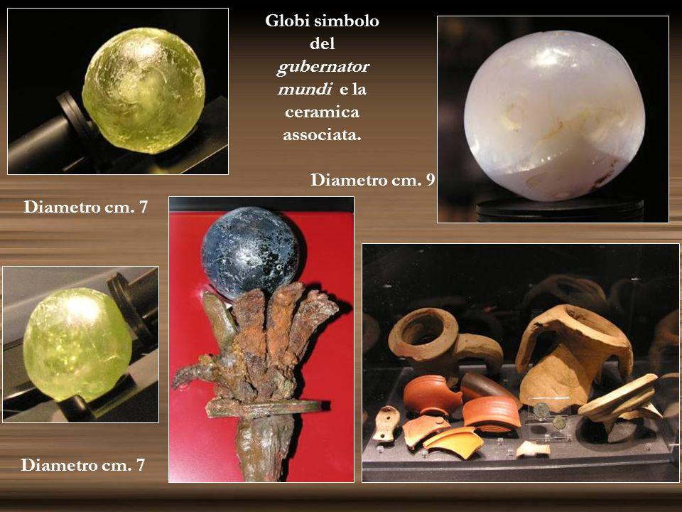 Globi simbolo del gubernator mundi e la ceramica associata. Diametro cm. 9 Diametro cm. 7