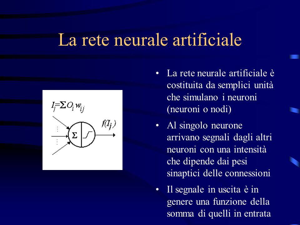 La rete neurale artificiale La rete neurale artificiale è costituita da semplici unità che simulano i neuroni (neuroni o nodi) Al singolo neurone arrivano segnali dagli altri neuroni con una intensità che dipende dai pesi sinaptici delle connessioni Il segnale in uscita è in genere una funzione della somma di quelli in entrata