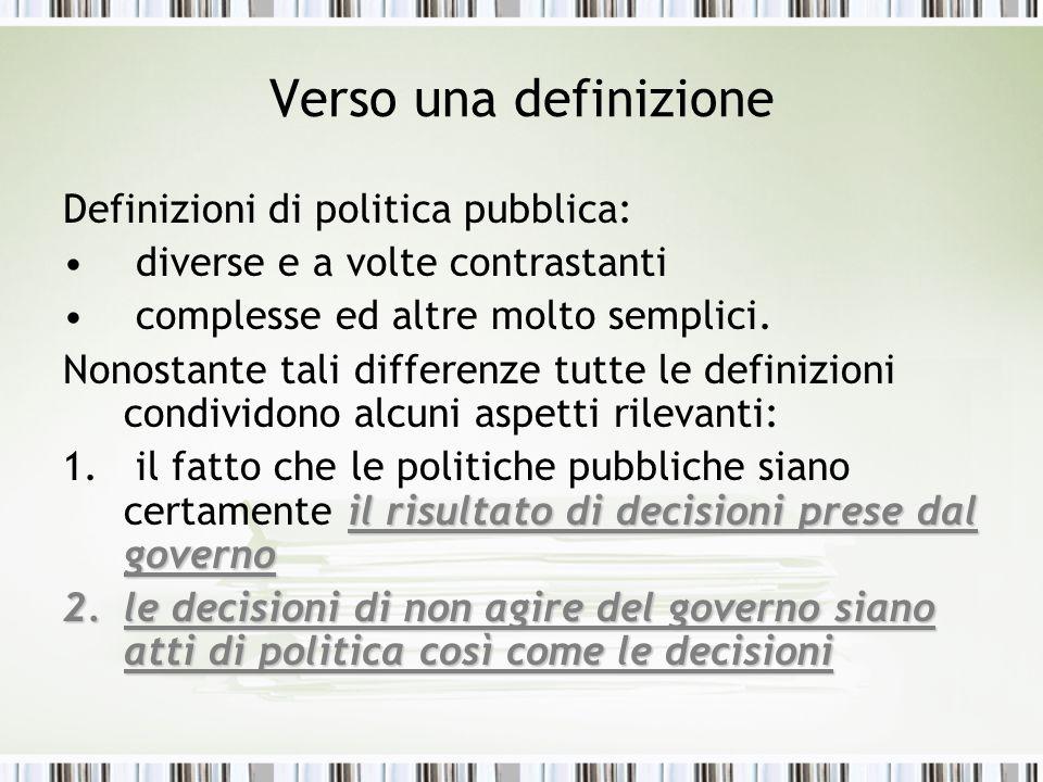 Verso una definizione Definizioni di politica pubblica: diverse e a volte contrastanti complesse ed altre molto semplici. Nonostante tali differenze t