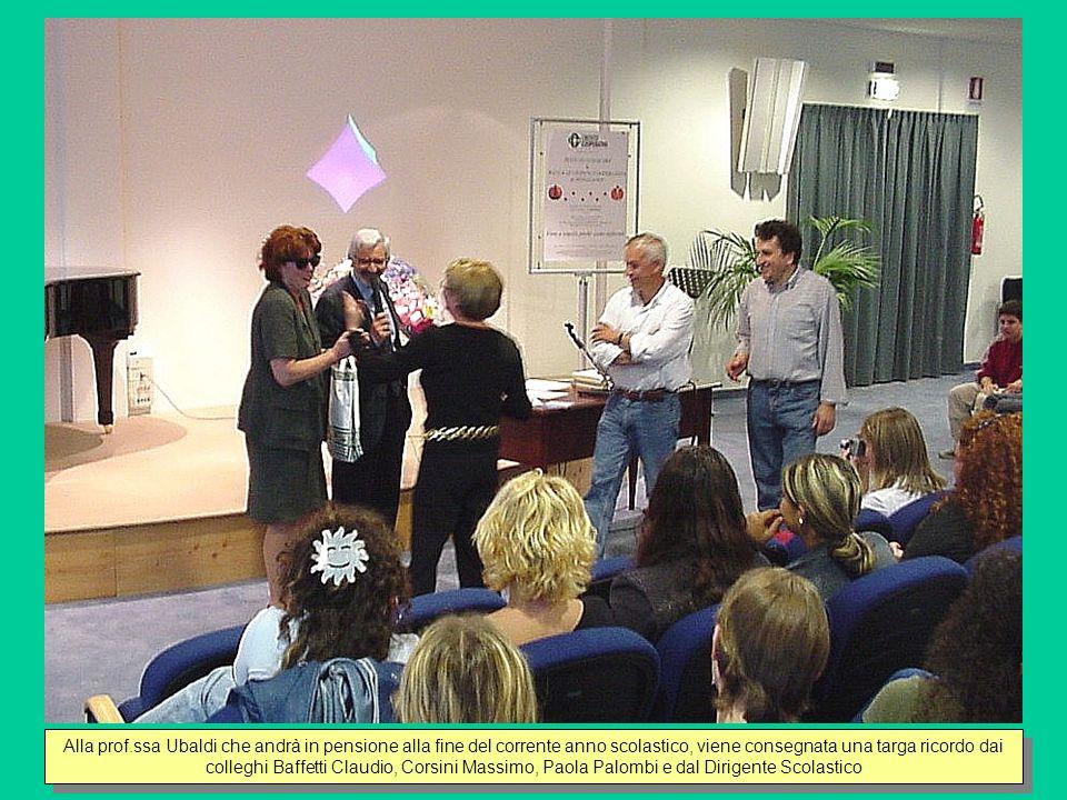 Le alunne Pivirotto Francesca e Manciati Cora salutano la prof.ssa Ubaldi a nome di tutta la classe 5B leggendo alcuni versi di loro composizione