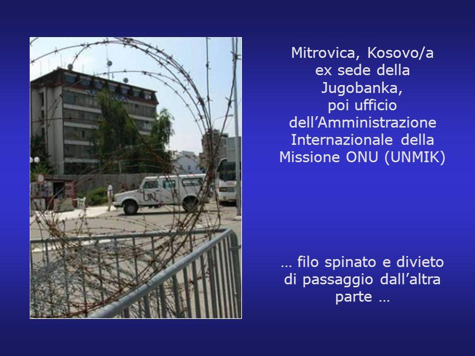 Mitrovica, Kosovo/a ex sede della Jugobanka, poi ufficio dellAmministrazione Internazionale della Missione ONU (UNMIK) … filo spinato e divieto di pas