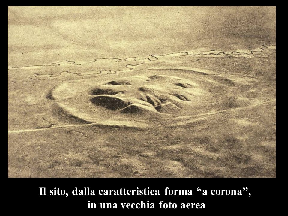 Il sito, dalla caratteristica forma a corona, in una vecchia foto aerea