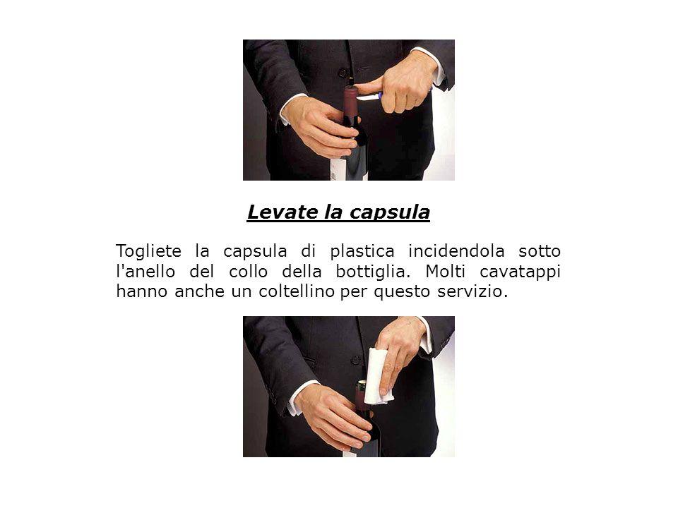 Levate la capsula Togliete la capsula di plastica incidendola sotto l'anello del collo della bottiglia. Molti cavatappi hanno anche un coltellino per