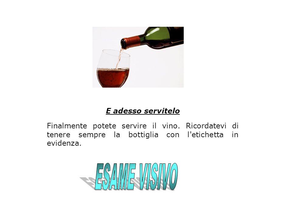 E adesso servitelo Finalmente potete servire il vino. Ricordatevi di tenere sempre la bottiglia con l'etichetta in evidenza.