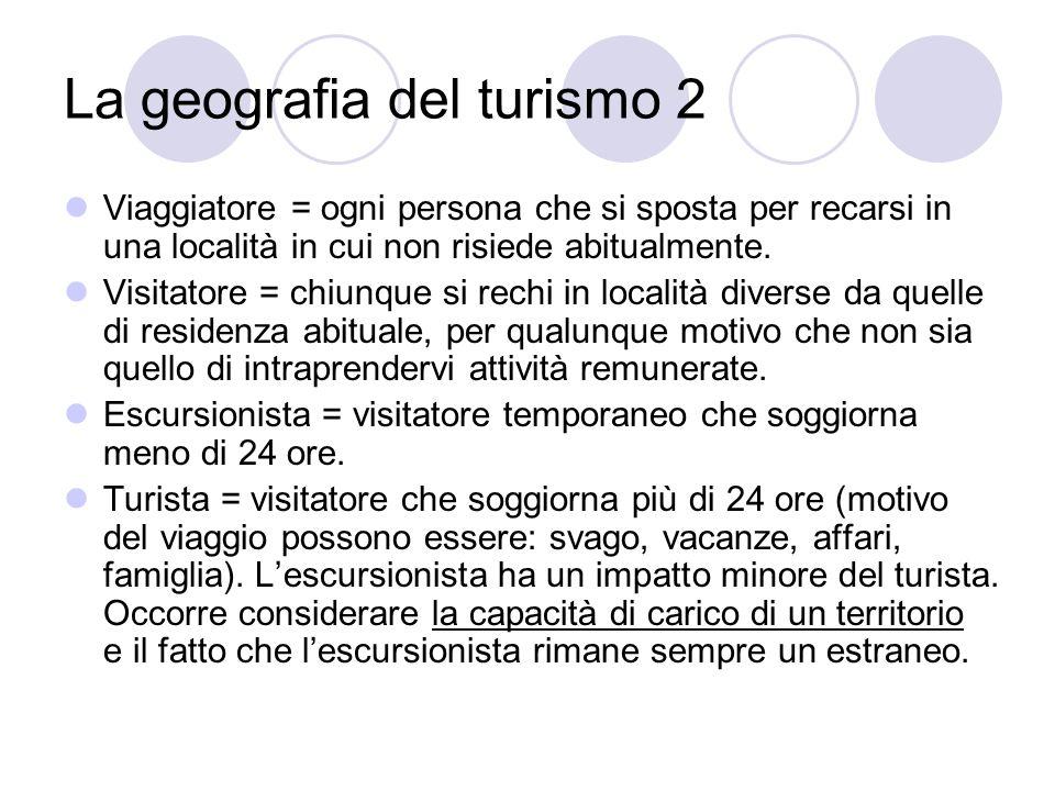La geografia del turismo 2 Viaggiatore = ogni persona che si sposta per recarsi in una località in cui non risiede abitualmente. Visitatore = chiunque