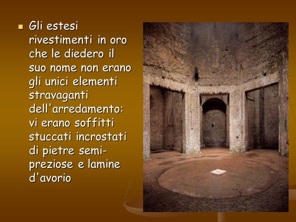Gli estesi rivestimenti in oro che le diedero il suo nome non erano gli unici elementi stravaganti dell'arredamento: vi erano soffitti stuccati incros