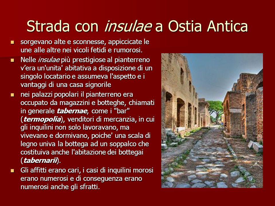 Strada con insulae a Ostia Antica sorgevano alte e sconnesse, appiccicate le une alle altre nei vicoli fetidi e rumorosi. sorgevano alte e sconnesse,