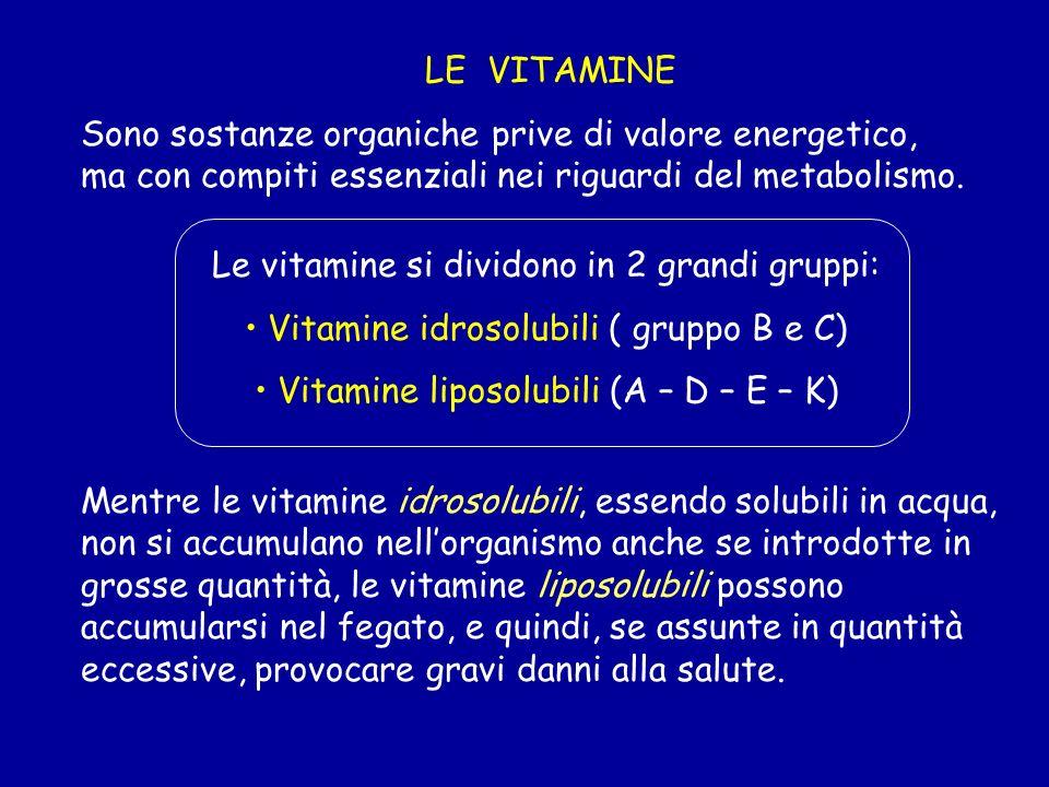 LE VITAMINE Sono sostanze organiche prive di valore energetico, ma con compiti essenziali nei riguardi del metabolismo. Le vitamine si dividono in 2 g