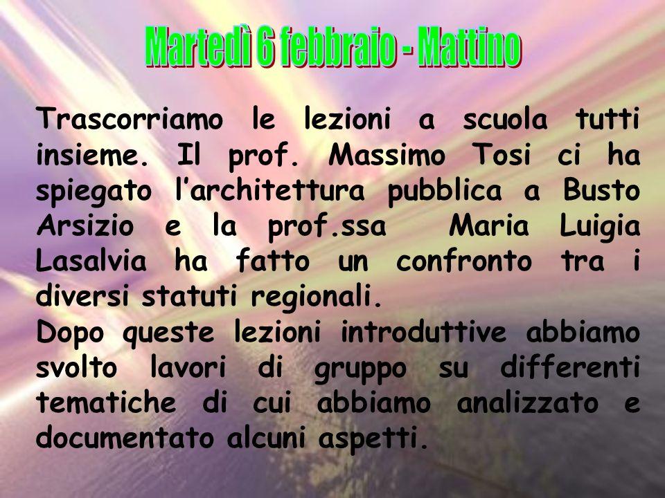 Trascorriamo le lezioni a scuola tutti insieme. Il prof. Massimo Tosi ci ha spiegato larchitettura pubblica a Busto Arsizio e la prof.ssa Maria Luigia