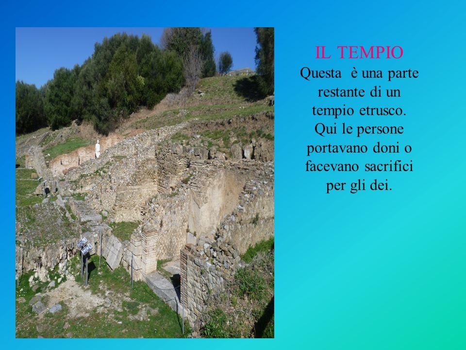 IL TEMPIO Questa è una parte restante di un tempio etrusco. Qui le persone portavano doni o facevano sacrifici per gli dei.