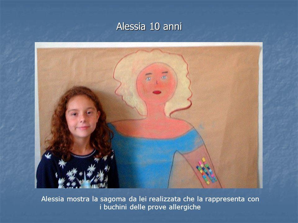 Alessia 10 anni Alessia mostra la sagoma da lei realizzata che la rappresenta con i buchini delle prove allergiche
