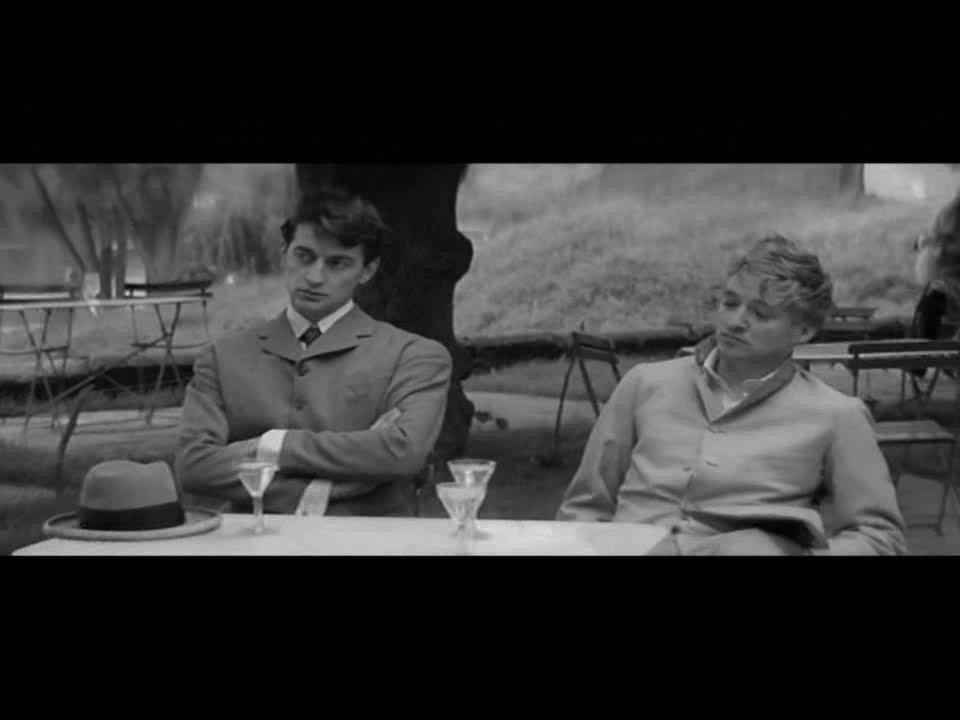 Caos nel romanzo 020 titi t [anni] i cambi irregolari di partner limprevedibilità della storia (?) Caos nel film limprevedibilità della storia (!) la voce fuori campo la canzone Le Tourbillon