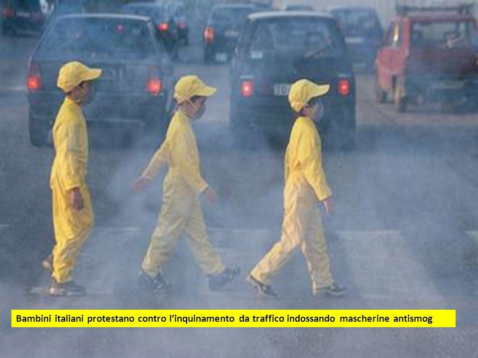 Bambini italiani protestano contro linquinamento da traffico indossando mascherine antismog