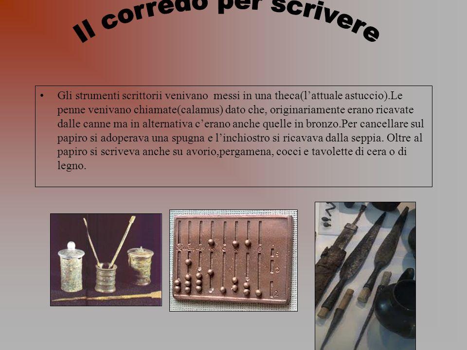 Gli strumenti scrittorii venivano messi in una theca(lattuale astuccio).Le penne venivano chiamate(calamus) dato che, originariamente erano ricavate d