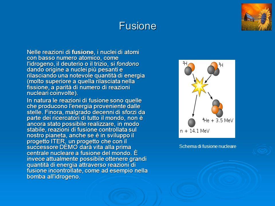 Il Decadimento Radioattivo Le reazioni di decadimento radioattivo coinvolgono i nuclei di atomi instabili, che tramite processi di emissione/cattura di particelle subatomiche (radioattività) tendono a raggiungere uno stato di maggior equilibrio, in conseguenza della diminuzione della massa totale del sistema.