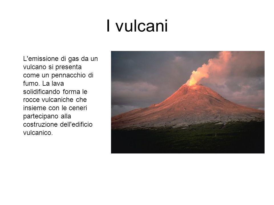 I vulcani La cenere è lava polverizzata; i lapilli sono frammenti di lava delle dimensioni di una noce; le bombe e le pomici sono rocce vulcaniche piene d aria, quindi leggerissime, che possono avere un diametro di 30 cm.