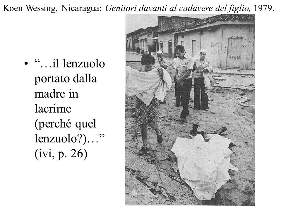…il lenzuolo portato dalla madre in lacrime (perché quel lenzuolo?)… (ivi, p. 26) Koen Wessing, Nicaragua: Genitori davanti al cadavere del figlio, 19