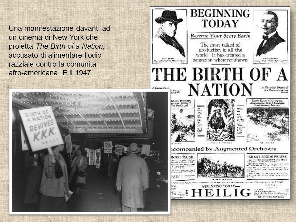 Una manifestazione davanti ad un cinema di New York che proietta The Birth of a Nation, accusato di alimentare lodio razziale contro la comunità afro-