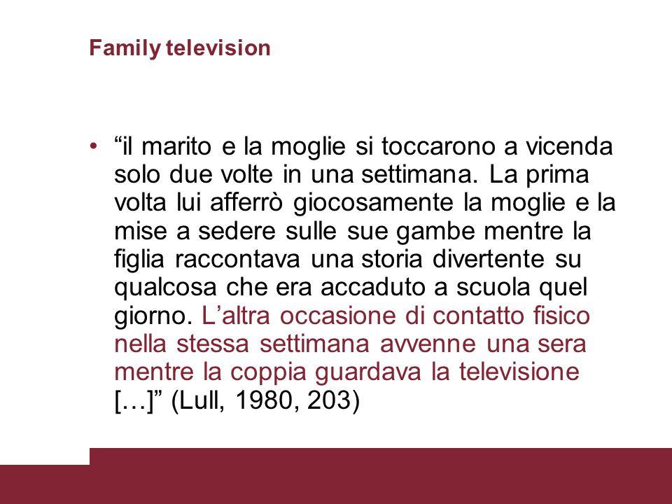 Family television il marito e la moglie si toccarono a vicenda solo due volte in una settimana. La prima volta lui afferrò giocosamente la moglie e la