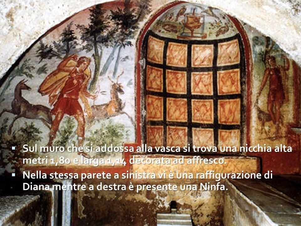 Sul muro che si addossa alla vasca si trova una nicchia alta metri 1,80 e larga 1,14 decorata ad affresco.