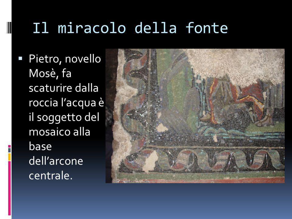 Il miracolo della fonte Pietro, novello Mosè, fa scaturire dalla roccia lacqua è il soggetto del mosaico alla base dellarcone centrale.