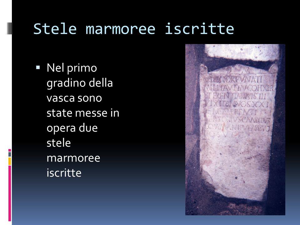 Stele marmoree iscritte Nel primo gradino della vasca sono state messe in opera due stele marmoree iscritte