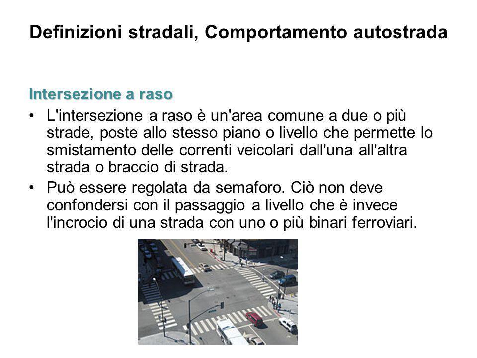 Definizioni stradali, Comportamento autostrada Intersezione a raso L'intersezione a raso è un'area comune a due o più strade, poste allo stesso piano