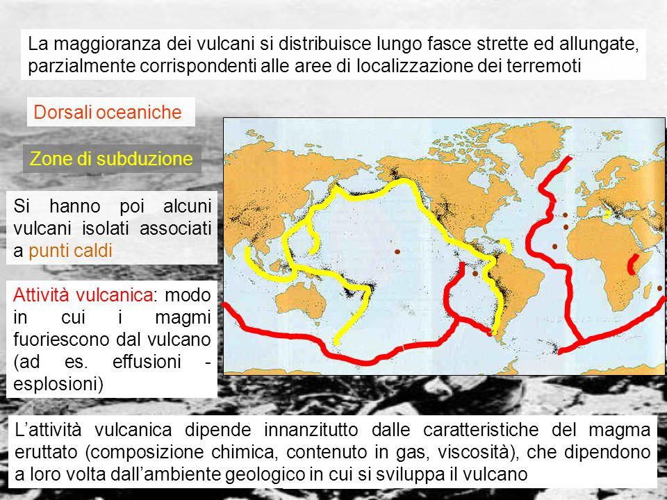 vulcanismo 14 Zone di subduzione In tali aree le correnti convettive dellastenosfera convergono, comprimendo la litosfera Una porzione di litosfera oceanica entra in subduzione sotto un continente o sotto unaltra porzione di oceano Lacqua contenuta nella crosta oceanica che subduce abbassa la temperatura di fusione del mantello Il mantello sopra la zona di subduzione fonde, generando magmi basaltici che risalgono con intermittenza nella litosfera soprastante Nel lungo cammino il magma staziona in una camera magmatica ove si differenzia; nelle zone continentali assimila anche rocce sialiche Il magma, divenuto più o meno acido, viscoso e ricco di gas, origina eruzioni più o meno esplosive.