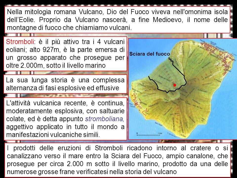 vulcani italiani 14 Nel dicembre 2002 lattività vulcanica si intensifica, si aprono nuove bocche, e si ha una grossa frana (20 milioni di m 3 ), che provoca uno tsunami Il maremoto provoca danni locali e viene registrato nelle isole vicine e sulle coste calabresi e siciliane Si intensifica il monitoraggio, per paura che una grossa frana squassi ledifico vulcanico e provochi un grosso tsunami Dopo mesi di allarme lattività vulcanica torna normale: attività continua e moderatamente esplosiva ai crateri sommitali, con lanci ritmati di piroclasti intorno al cratere e nella Sciara del Fuoco