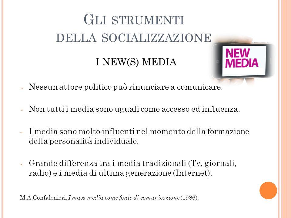 G LI STRUMENTI DELLA SOCIALIZZAZIONE I NEW(S) MEDIA Nessun attore politico può rinunciare a comunicare.