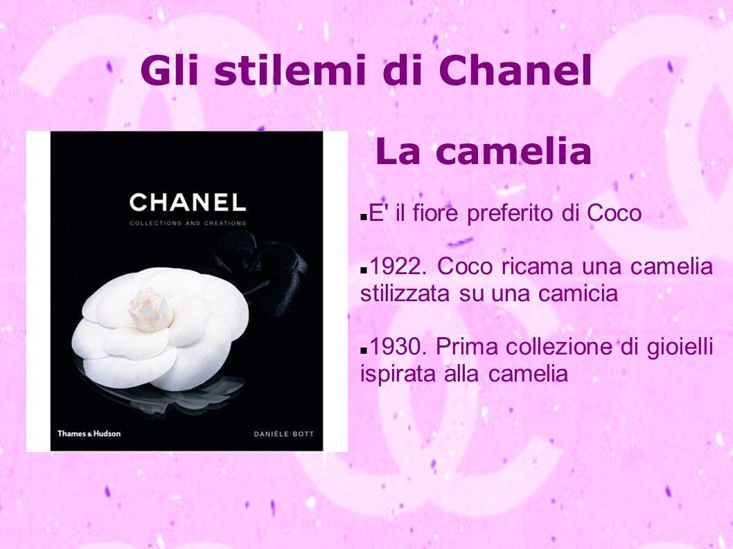Gli stilemi di Chanel La camelia E' il fiore preferito di Coco 1922. Coco ricama una camelia stilizzata su una camicia 1930. Prima collezione di gioie