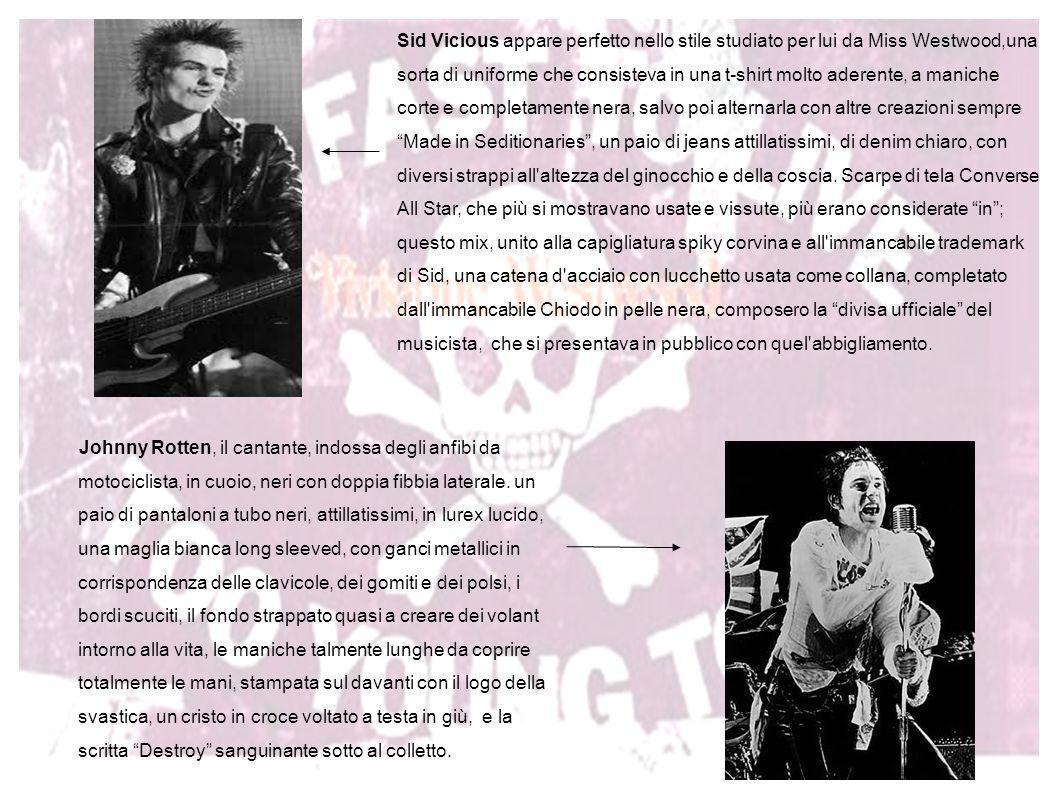 Johnny Rotten, il cantante, indossa degli anfibi da motociclista, in cuoio, neri con doppia fibbia laterale. un paio di pantaloni a tubo neri, attilla