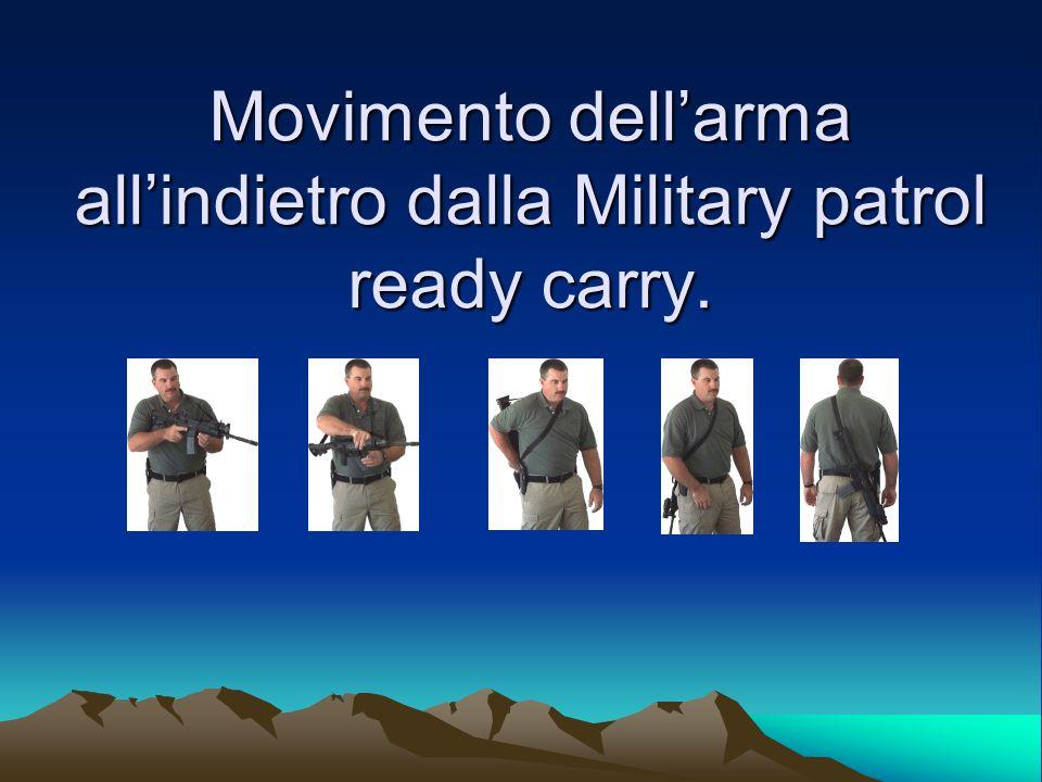 Movimento dellarma allindietro dalla Military patrol ready carry.