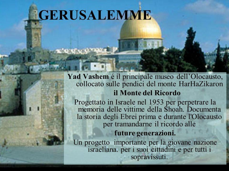 Nella roccia scavata si ricordano le 5000 comunità ebraiche distrutte dai nazisti, di 22 paesi che furono.