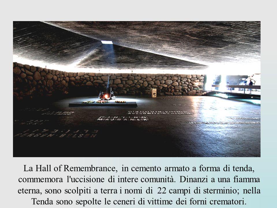 La Hall of Remembrance, in cemento armato a forma di tenda, commemora l'uccisione di intere comunità. Dinanzi a una fiamma eterna, sono scolpiti a ter