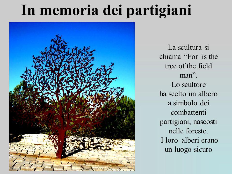 In memoria dei partigiani La scultura si chiama For is the tree of the field man. Lo scultore ha scelto un albero a simbolo dei combattenti partigiani