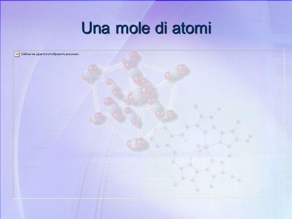 Una mole di atomi Una MOLE di ATOMI è costituita da: UN NUMERO DI GRAMMI UGUALE ALLA MASSA ATOMICA DELLELEMENTO. Una mole di ferro ha una massa di 55,