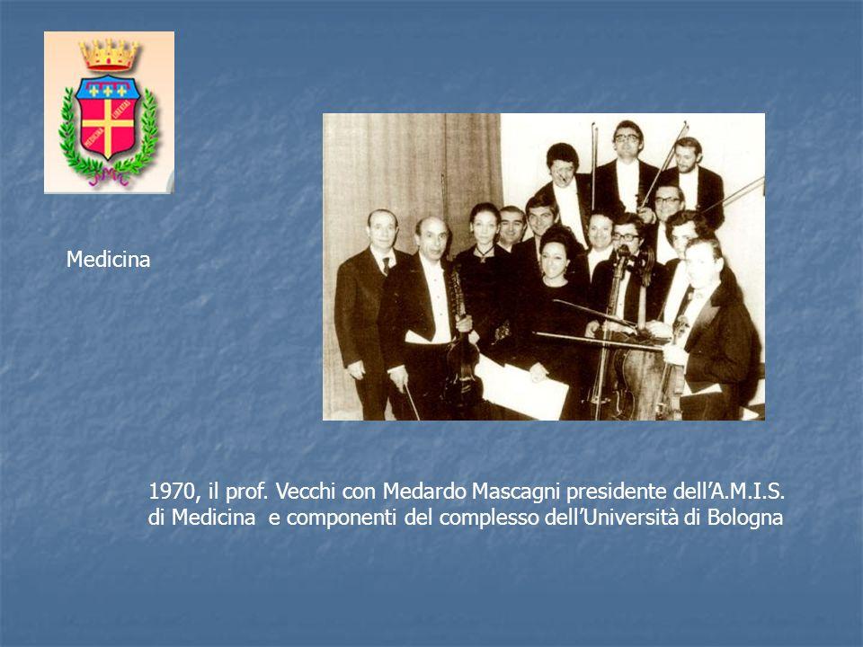 1970, il prof. Vecchi con Medardo Mascagni presidente dellA.M.I.S. di Medicina e componenti del complesso dellUniversità di Bologna Medicina
