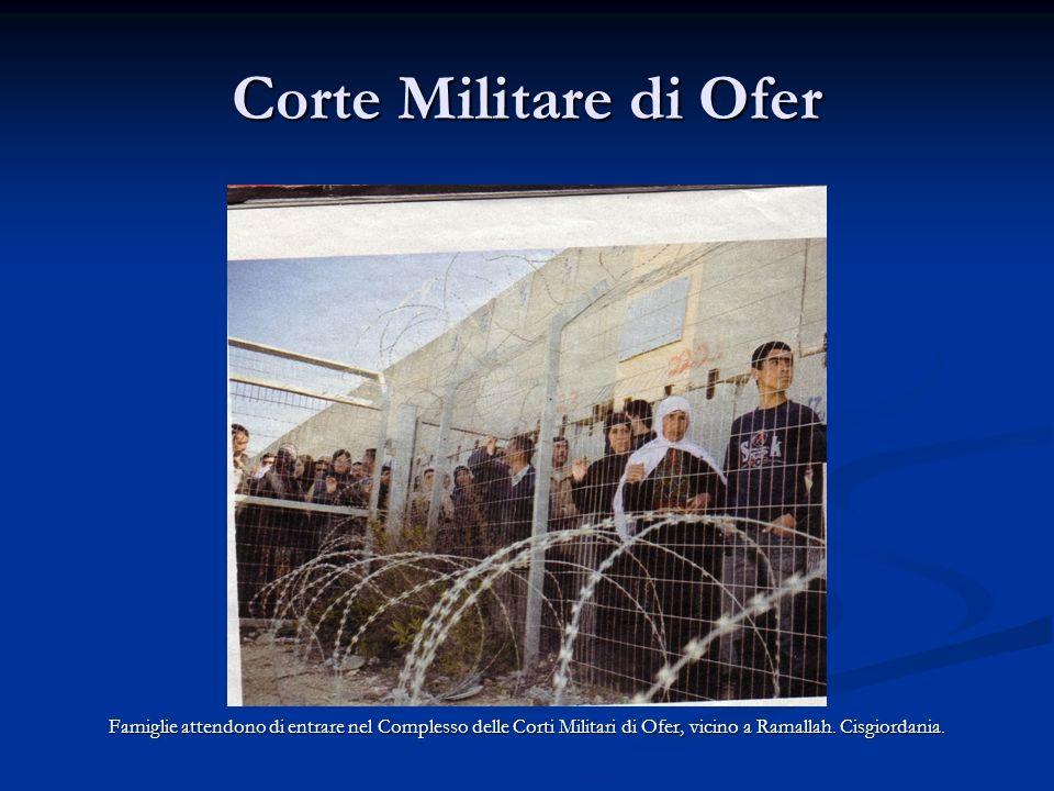 Corte Militare di Ofer Famiglie attendono di entrare nel Complesso delle Corti Militari di Ofer, vicino a Ramallah.