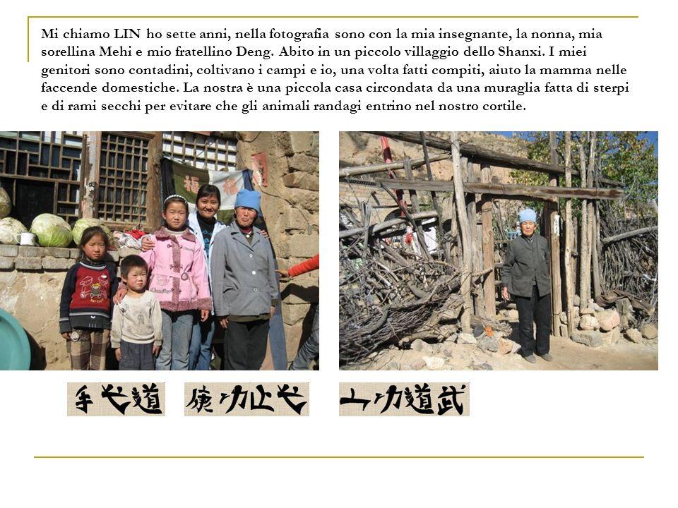 Mi chiamo LIN ho sette anni, nella fotografia sono con la mia insegnante, la nonna, mia sorellina Mehi e mio fratellino Deng. Abito in un piccolo vill